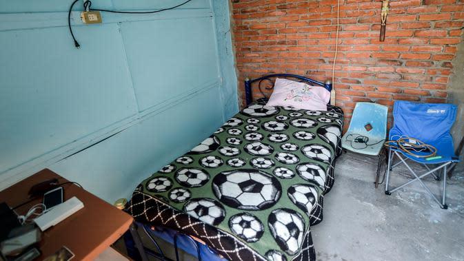 Kamar tidur pembawa tandu Meksiko Hugo Lopez Camacho, yang meninggal setelah terinfeksi COVID-19, di Mexico City, 24 Mei 2020. Hingga 25 September 2020, kematian global akibat COVID-19 hampir mencapai satu juta, sepertiganya di Amerika Latin. (PEDRO PARDO/AFP)
