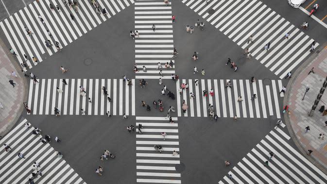Pengunjung terlihat di lokasi wisata Ginza, Tokyo, Jepang, 4 Oktober 2020. Jepang memasukkan Tokyo dalam program subsidi perjalanan domestik yang disebut kampanye Go To Travel mulai 1 Oktober, setelah pada Juli lalu Tokyo tidak memenuhi syarat akibat lonjakan kasus COVID-19. (Xinhua/Du Xiaoyi)