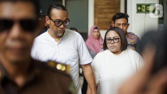 Pelawak Nunung dan July Jan Sambiran bersiap menjalani sidang pembacaan tuntutan kasus penyalahgunaan narkotika di PN Jakarta Selatan, Rabu (13/11/2019). Nunung dituntut 1,5 tahun penjara dengan ketentuan menjalani sisa hukumannya di RSKO Cibubur Jakarta Timur. (Liputan6.com/Immanuel Antonius)