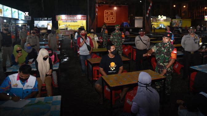 Banyak pengunjung yang didapati tidak menggunakan masker dan tidak melakukan jaga jarak saat sedang makan.
