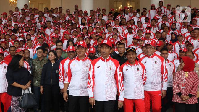 Presiden Joko Widodo atau Jokowi seusai berfoto bersama dengan Kontingen Indonesia untuk SEA Games 2019 Filipina di Istana Bogor, Jawa Barat, Rabu (27/11/2019). Sebanyak 841 atlet Indonesia akan bertanding pada SEA Games Filipina di 51 cabang olahraga. (Liputan6.com/Angga Yuniar)