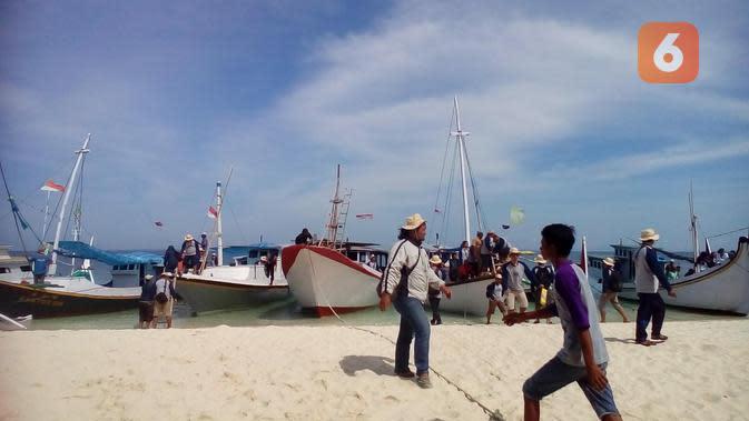 Deretan perahu sandar di tepi pantai Gili Labak. Ketiadaan dermaga menbuat deretan perahu ini menghalangi wisatawan tak bisa leluasa bebas memandang pantai