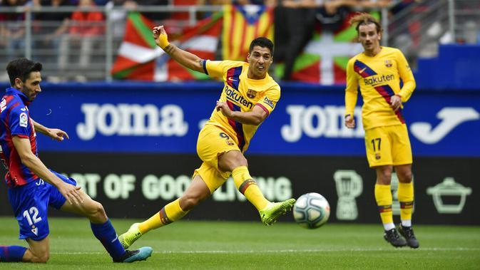 Striker Barcelona, Luis Suarez, melepaskan tendangan ke gawang Eibar pada laga La Liga 2019 di Stadion Ipurua, Sabtu (19/10). Barcelona menang 3-0 atas Eibar. (AP/Alvaro Barrientos)