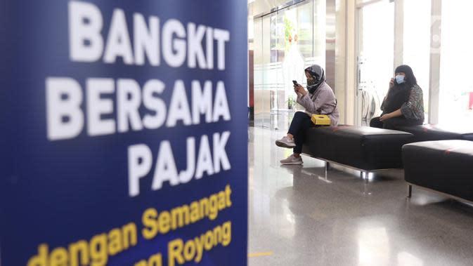 Warga menunggu untuk melakukan pengurusan pajak di kantor Pajak Sudirman, Jakarta, Selasa (25/8/2020). Kementerian Keuangan (Kemenkeu) bakal menaikkan persentase diskon angsuran pajak penghasilan ( PPh) Pasal 25. (Liputan6.com/Angga Yuniar)