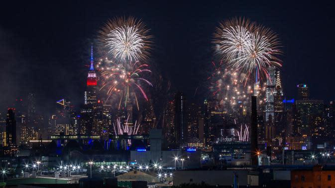 Pertunjukan kembang api untuk merayakan Hari Kemerdekaan Amerika Serikat yang jatuh pada 4 Juli digelar di New York, AS, Senin (29/6/2020). Pertunjukan Macy's 4th of July tahun ini tidak diinformasikan sebelumnya guna mencegah berkumpulnya penonton selama pandemi COVID-19. (Xinhua/Zhao Hailang)