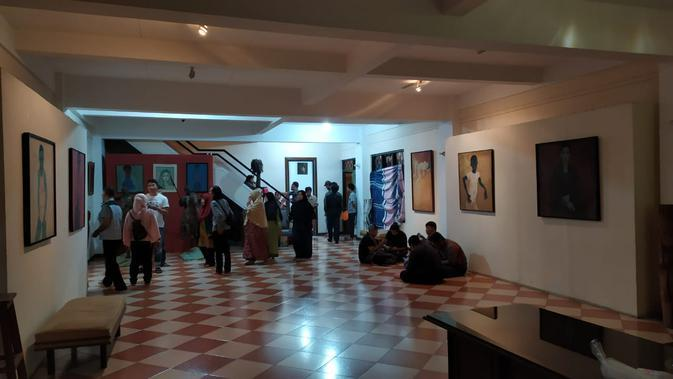 Suasana duka melingkupi studio seniman Jeihan Sukmantoro di kawasan Padasuka, Kota Bandung. (Liputan6.com/Huyogo Simbolon)