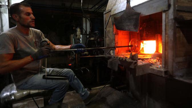 Pekerja membuat barang pecah belah di sebuah pabrik kaca di Tripoli, Lebanon, 12 September 2020. Kaca-kaca dari bangunan yang rusak akibat ledakan Beirut didaur ulang oleh warga setempat untuk dijadikan barang pecah belah. (Xinhua/Bilal Jawich)