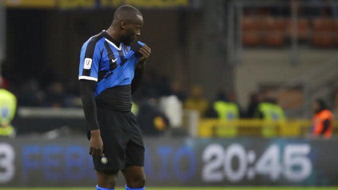 Striker Inter Milan, Romelu Lukaku, tampak kecewa usai ditaklukkan Napoli pada laga semifinal Coppa Italia di Stadion Giuseppe Meazza, Rabu (12/2/2020). Inter Milan takluk 0-1 dari Napoli. (AP/Luca Bruno)