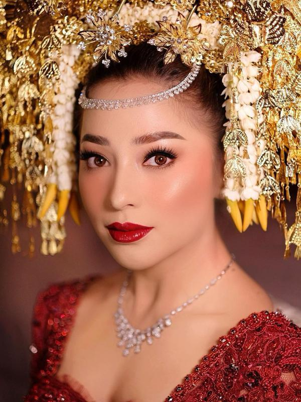 Di balik wajah cantik Nikita Willy, ternyata tangan Makeup Artist Marlene Hariman yang dipercaya Niki meriasnya di hari pernikahan. Diakui Marlene, ini kali pertamanya ia merias wajah aktris cantik tersebut. (Instagram/marlenehariman)