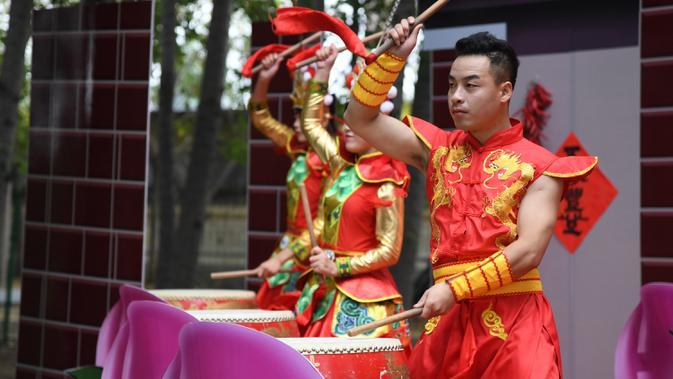 Para seniman menabuh drum pada pembukaan acara perayaan untuk menandai festival panen petani China di Distrik Pinggu, Beijing, ibu kota China, pada 24 September 2020. (Xinhua/Ren Chao)