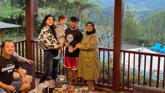 Potret Liburan Keluarga Titi Kamal di Lembang. (Sumber: Instagram/titi_kamall)