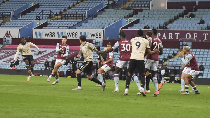 Pemain Manchester United Paul Pogba (kiri) mencetak gol ke gawang Aston Villa pada pertandingan Premier League di Villa Park, Birmingham, Inggris, Kamis (9/7/2020). Manchester United menang 3-0. (AP Photo/Shaun Botterill, Pool)