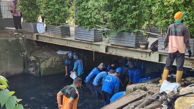 Antisipasi Banjir, DKI Terjunkan 100 Pasukan Pelangi Gerebek Kali Sekretaris Jakbar