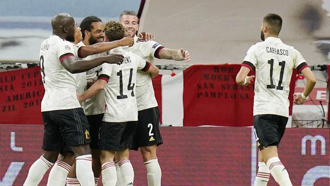 Para pemain Belgia merayakan gol yang dicetak oleh Jason Denayer ke gawang Denmark pada laga UEFA Nations League di Stadion Parken, Minggu (6/9/2020). Belgia menang 2-0 atas Denmark. (Liselotte Sabroe/Ritzau Scanpix via AP)