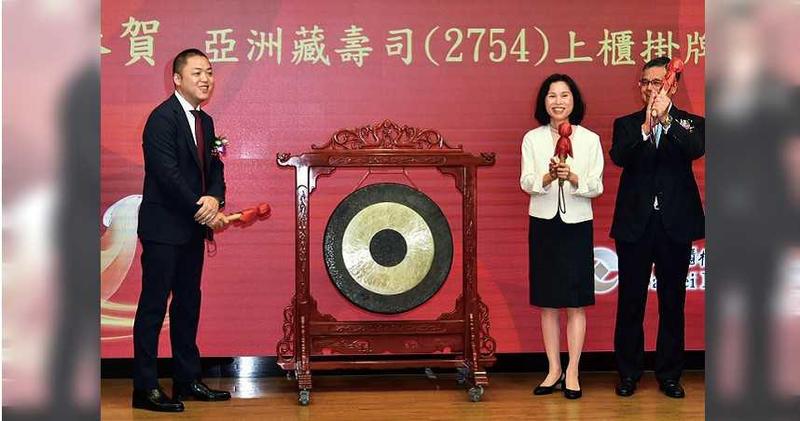 2020年9月17日/亞洲藏壽司17日上櫃掛牌,董事長西川健太郎(左起)、櫃買中心總經理李愛玲及元大證券總經理黃維誠出席慶賀。(圖/報系資料庫)