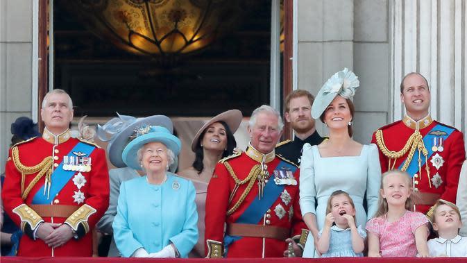 Ratu Elizabeth II dan anggota Kerajaan Inggris dalam acara Trooping the Colour 2018. (DANIEL LEAL-OLIVAS / AFP)