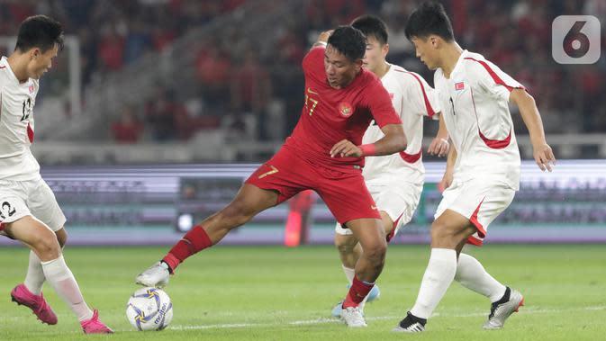 Pemain depan Timnas Indonesia U-19, Serdy Ephy Fano Boky (tengah) mencoba lolos dari kawalan pemain Korea Utara pada kualifikasi Grup K Piala AFC U-19 2020 di Stadion Utama Gelora Bung Karno, Jakarta, Minggu (10/11/2019). Laga berakhir imbang 1-1. (Liputan6.com/Helmi Fithriansyah)