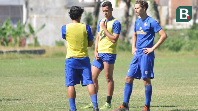 Hugo Guilherme Grillo dan Pedro Henrique Bartoli di sela-sela latihan Arema. (Bola.com/Iwan Setiawan)