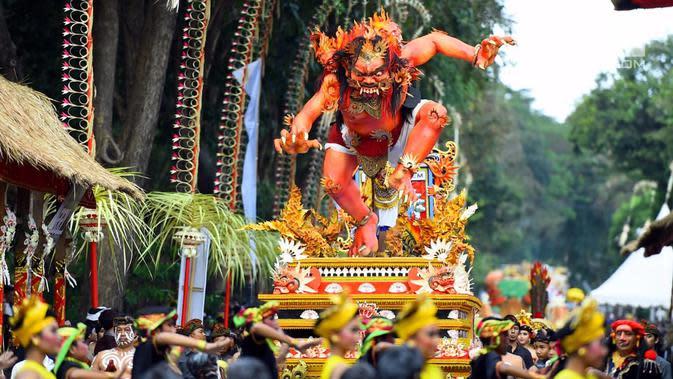 Patung ogoh-ogoh diarak saat pawai pembukaan Pesta Kesenian Bali (PKB) ke-40 yang dihadiri Presiden Jokowi di Bali (23/6). Acara ini dilaksanakan di depan Monumen Bajra Sandi, Lapangan Puputan Niti Mandala. (Liputan6.com/Pool/Biro Pers Setpres)