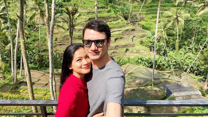 Titi Kamal dan Christian Sugiono juga salah satu pasangan yang berpacaran lama sebelum menikah. Selama 10 tahun mereka menjalin kasih dan akhirnya resmi menikah pada Februari 2009. Masih terlihat mesra hingga kini, mereka pun sudah dikaruniai dua orang anak. (Instagram/titi_kamall)