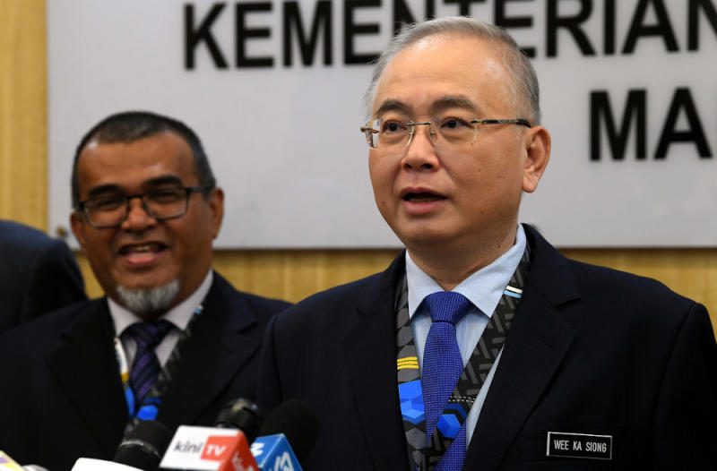 Transport Minister Datuk Seri Wee Ka Siong clarified today that the government's purchase of 10 million face masks from the Chinese government was because local manufacturers were unable to keep up with the demand. — Bernama pic