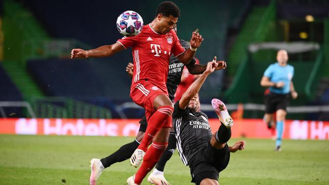 Gelandang Bayern Munchen, Serge Gnabry, berebut bola dengan bek Olympique Lyon, Marcal, pada semifinal Liga Champions 2019/2020 di Estadio Jose Alvalade, Kamis (20/8/2020) dini hari WIB. Bayern Munchen menang 3-0 atas Lyon. (AFP/Franck Fife/pool)