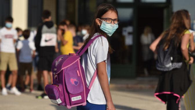 Seorang anak perempuan terlihat di sekolah pada hari pertama tahun ajaran baru di Sibenik, Kroasia, 7 September 2020. Pembelajaran sekolah di Kroasia ditangguhkan sejak pertengahan Maret akibat wabah COVID-19. (Xinhua/Pixsell/Hrvoje Jelavic)