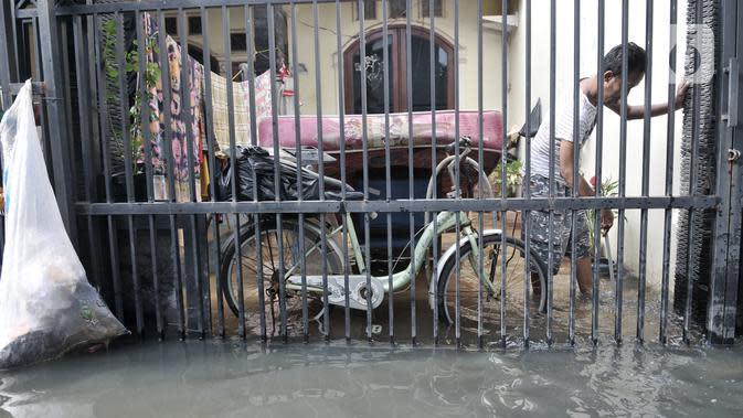 Banjir merendam permukiman warga tepat berada di belakang gedung AEON Mall Jakarta Garden City di Kayu Tinggi, Cakung, Jakarta, Selasa (25/2/2020). Aeon Mall Jakarta Garden City diserang sekelompok warga yang menuding mall sebagai penyebab permukiman mereka kebanjiran. (merdeka.com/Iqbal S Nugroho)