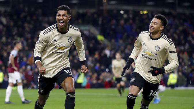 Pemain Manchester United Marcus Rashford (kiri) merayakan golnya ke gawang Burnley bersama Jesse Lingard pada pertandingan Liga Inggris di Turf Moor, Burnley, Inggris, Sabtu (28/12/2019). MU menang 2-0 dan melonjak ke posisi lima klasemen. (Martin Rickett/PA via AP)
