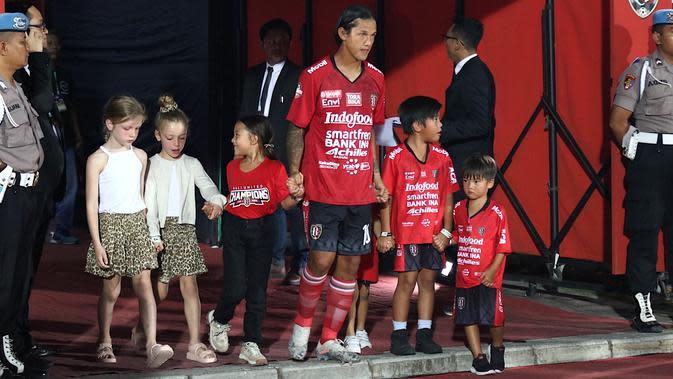 Striker Bali United, Irfan Bachdim, mengajak anak-anaknya saat akan melawan Madura United pada laga Liga 1 2019 di Stadion Kapten I Wayan Dipta, Bali, Minggu (22/12). Bali kalah 0-2 dari Madura. (Bola.com/Aditya Wany)