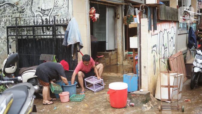 Warga membersihkan perabotan rumah tangga yang sebelumnya terendam banjir di kawasan Cipinang Muara, Jakarta, Rabu (26/2/2020). Banjir dari luapan Sungai Kalimalang tersebut menyebabkan warga harus bekerja ekstra untuk membersihkan perabotan serta lumpur dan sampah. (Liputan6.com/Immanuel Antonius)