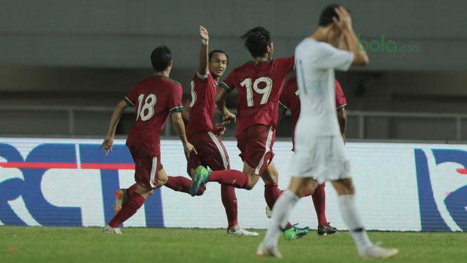 Pemain Timnas Indonesia, Hansamu Yama merayakan golnya ke gawang Korea Selatan U-23 pada laga uji coba di Stadion Pakansari, Bogor, (23/6/2018). Indonesia U-23 kalah 1-2 dari Korea U-23. (Bola.com/Nick Hanoatubun)