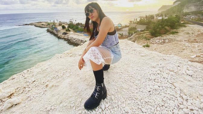 Tak hanya cantik, pelantun lagu Dalan Liyane ini juga terbilang pandai memadu padankan busana. Ketika berlibur, Happy Asmara tampil dengan outfit yang kekinian. Seperti saat liburan di pantai ini, ia mengenakan setelan denim yang dipadukan dengan sepatu boot. (Liputan6.com/IG/@happy_asmara77)