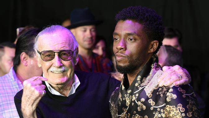 Legenda buku komik Stan Lee, kiri, pencipta superhero