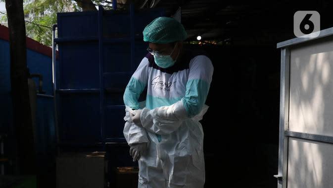 Petugas medis membersihkan diri (dekontaminasi) usai menangani pasien COVID-19 di Puskesmas Kecamatan Gambir, Jakarta Pusat, Selasa (6/10/2020). Puskesmas Kecamatan Gambir membuat Bilik Mandi Petugas Kesehatan Masa Pandemi (Bimasakti) untuk memudahkan petugas medis. (Liputan6.com/Herman Zakharia)