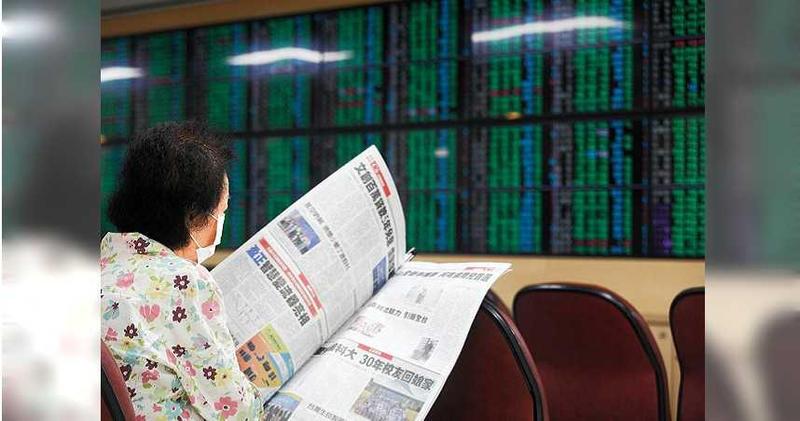 2020年9月24日台北市/美國股市在科技股領殺下,4大指數全面下挫,台股24日所有類股全面下殺,終場指數重挫319.5點,跌幅2.54%,失守季線12577點,也摜破12300點關卡,收在12264.38點,成交量2434億元。(圖/報系資料庫)