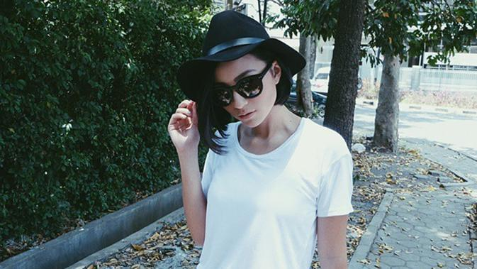 Kaus dan jeans menjadi busana andalan aktris kelahiran Malang, 21 Agustus 1991 ketika bersantai. Dipadukan dengan topi fedora berwarna hitam, membuat penampilan Lolita terlihat lebih modis. (Liputan6.com/IG/lolitagustine)