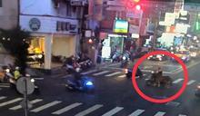 他騎車「遛馬」逛大街 網驚增馬力?