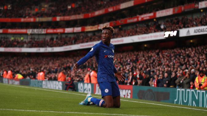 Penyerang Chelsea, Tammy Abraham melakukan selebrasi usai mencetak gol ke gawang Arsenal pada lanjutan Liga Inggris di Emirates Stadium, Minggu (29/12/2019). The Blues –julukan Chelsea, mampu menutup laga dengan skor akhir 2-1 di kandang Arsenal. (AP Photo/Ian Walton)