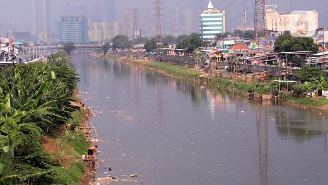 Suasana pemukiman kumuh padat penduduk di bantaran kali di Jakarta, Selasa (4/8/2020). Berdasarkan data Badan Pusat Statistik (BPS), Provinsi DKI Jakarta tercatat sebagai provinsi dengan peningkatan Gini Ratio tertinggi, yaitu naik 0,008 poin per Maret 2020. (Liputan6.com/Angga Yuniar)