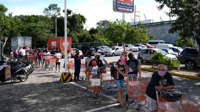 Sejumlah orang mengantre di luar pasar swalayan saat Badai Delta mendekati Puerto Morelos, Negara Bagian Quintana Roo, Meksiko, 6 Oktober 2020. Badai Delta diperkirakan akan melanda Negara Bagian Quintana Roo dengan hujan lebat, angin kencang, dan gelombang setinggi 10 meter. (Xinhua/Israel Rosas)