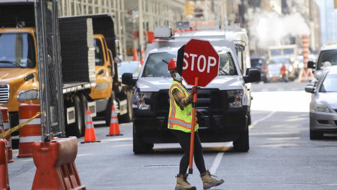 Seorang pekerja konstruksi bekerja di sebuah lokasi pembangunan di Manhattan, New York, Amerika Serikat, Senin (8/6/2020). Usai menjalani karantina wilayah (lockdown) selama hampir tiga bulan, New York City memasuki fase pertama pembukaan kembali pada 8 Juni 2020. (Xinhua/Wang Ying)