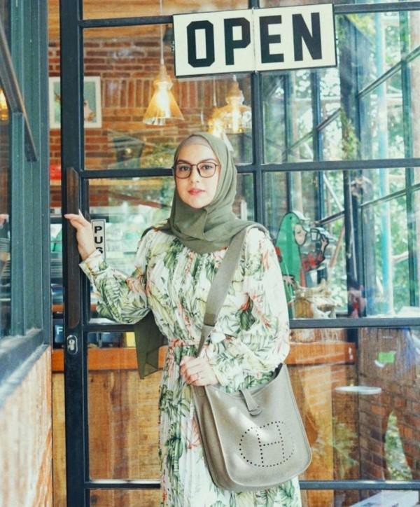 10 Inspirasi Outfit untuk Hijabers ala Irish Bella, Anggun & Memesona!