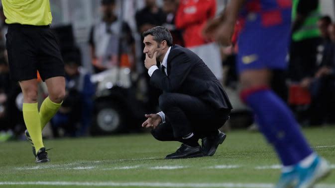 Pelatih Barcelona Ernesto Valverde memantau pertandingan semifinal Piala Super Spanyol antara Barcelona dan Atletico Madrid di King Abdullah Stadium, Jeddah, Arab Saudi, Jumat (10/1/2020). Valverde dipecat usai Blaugrana gagal memenangkan Piala Super Spanyol. (AP Photo/Amr Nabil)