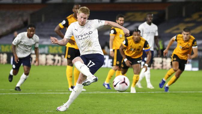 Penyerang Manchester City, Kevin De Bruyne, melepaskan tendangan penalti saat melawan Wolverhampton Wanderers pada laga Liga Inggris di Stadion Molineux, Senin (21/9/2020). Manchester City menang dengan skor 3-1. (Nick Potts/Pool via AP)