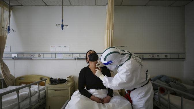Pasien terinfeksi virus corona COVID-19 menerima perawatan akupunktur di Rumah Sakit Palang Merah di Wuhan, China (11/3/2020). Peningkatan kasus virus corona di China memicu kekhawatiran bahwa infeksi dari luar negeri dapat merusak kemajuan dalam menghentikan penyebaran virus tersebut. (AFP/STR)