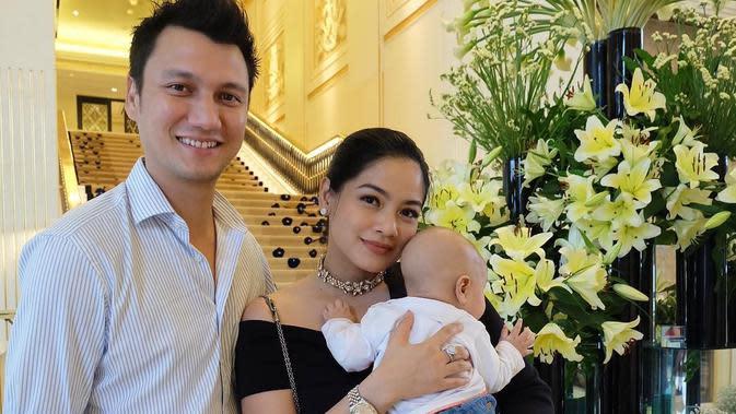 Anak kedua pasangan Titi Kamal dan Christian Sugiono sering kali diajak ke lokasi syuting. Bahkan, Kai Attar Sugiono anak kedua pasangan ini akan diajak ke luar negeri kerja oleh Tikam. (Instagram/kaiattarsugiono)
