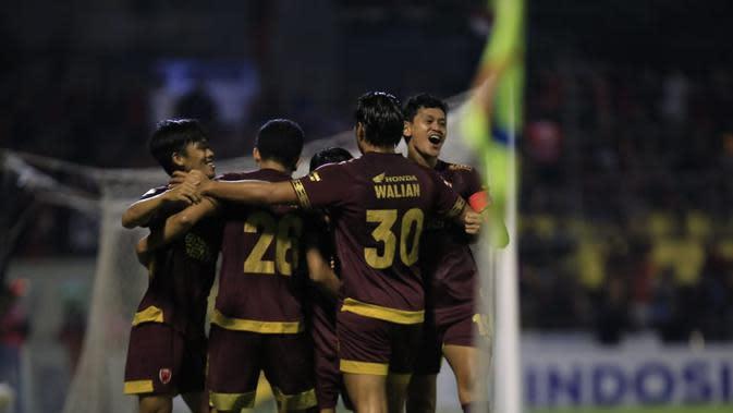 Pemain PSM Makassar merayakan gol yang dicetak Rasyid Bakri dalam pertandingan kontra Bali United di laga pekan ke-28 Shopee Liga 1 2019 yang digelar di Stadion Andi Mattalatta, Mattoangin, Makassar, Sabtu (23/11/2019). (Bola.com/Abdi Satria)