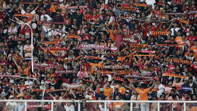 Suporter Persija Jakarta, The Jakmania, memberikan dukungan saat melawan Becamex Binh Duong pada laga Piala AFC di SUGBK, Jakarta, Selasa (26/2). Kedua klub bermain imbang 0-0. (Bola.com/M. Iqbal Ichsan)