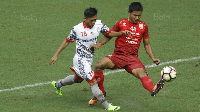 Gelandang Martapura FC, Moch Solechudin, berebut bola dengan bek Persis Solo, Ikhwan Ciptady, pada laga 8 besar Liga 2 Indonesia di Stadion Patriot, Bekasi, Kamis (9/11/2017). Persis kalah 0-1 dari Martapura FC. (Bola.com/M Iqbal Ichsan)